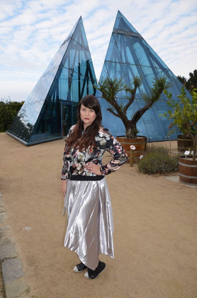 Silber Rock vor Glas Pyramide