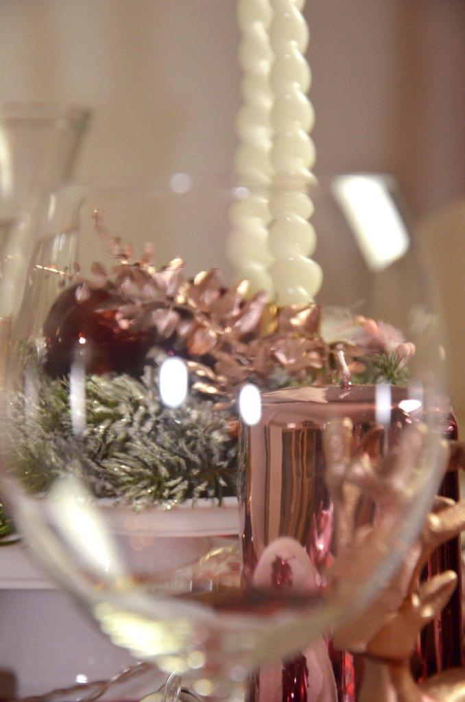 Weihnachtstischdeko Details durch ein Glas fotografiert