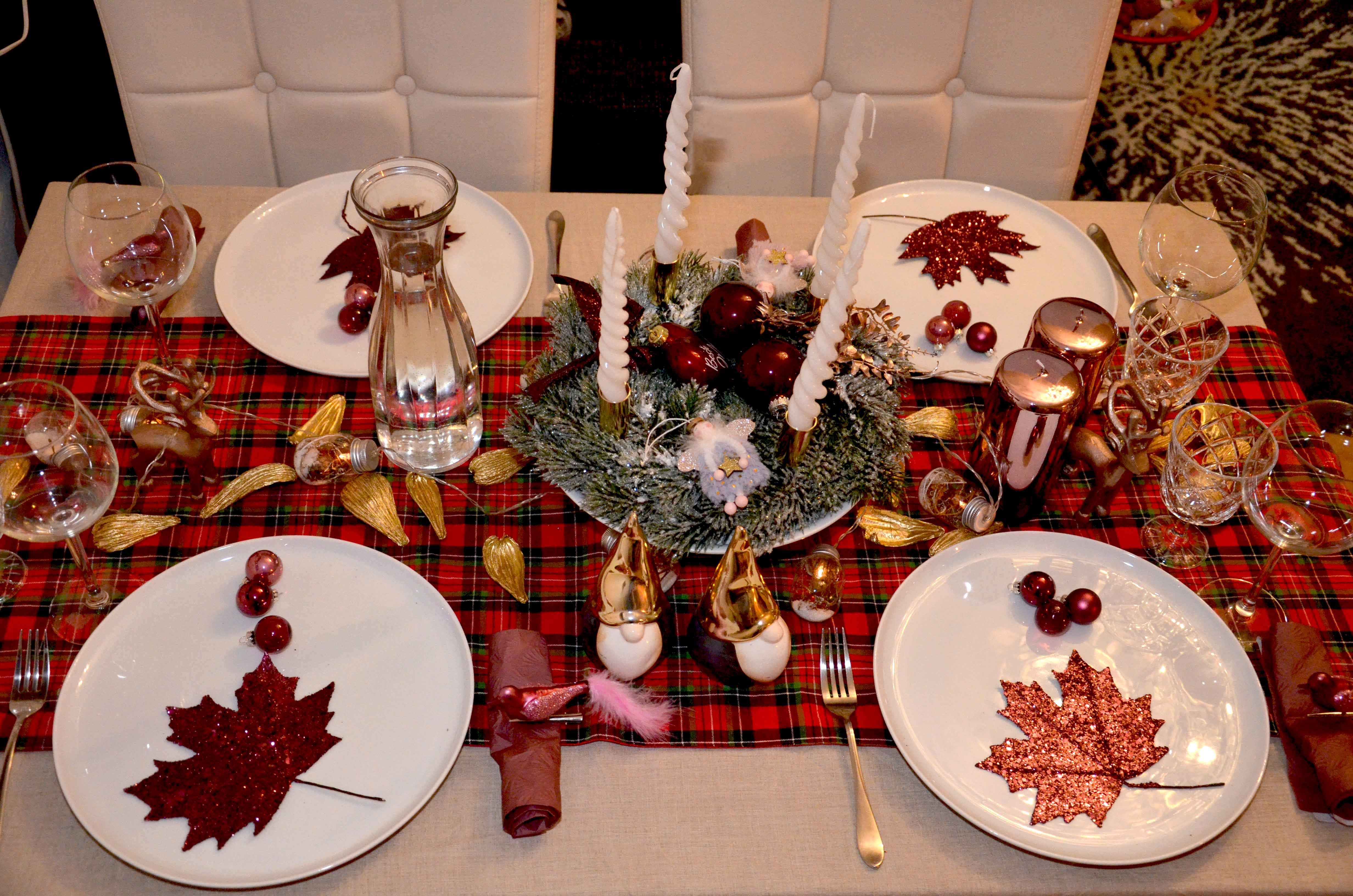 Weihnachtstisch Dekoration mit Schottenkaro, Weihnachtskranz, glitzernden Ahornblättern in Weiß und Marsala